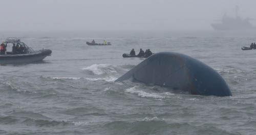 기사 대표 이미지:세월호는 완전 침몰 임박…해상 크레인 현장 도착