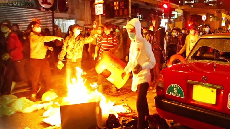 쓰러진 경찰에 던진 벽돌…피로 물든 '홍콩 설날'