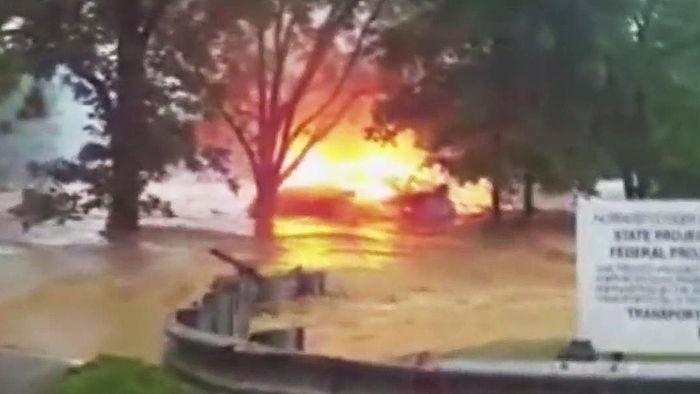 홍수에 떠내려간 불붙은 집…눈물의 인터뷰