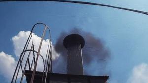 굴뚝마다 '수상한 검댕'…오염물질 뿜은 염색공장