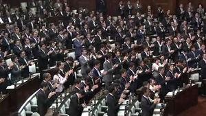 """아베 연설에 이례적 '기립 박수'…""""여기가 북한이냐"""""""