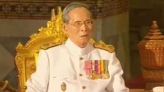 """기사 대표 이미지:""""푸미폰 국왕과 평생을 함께"""" 태국서 국왕 문신 유행"""