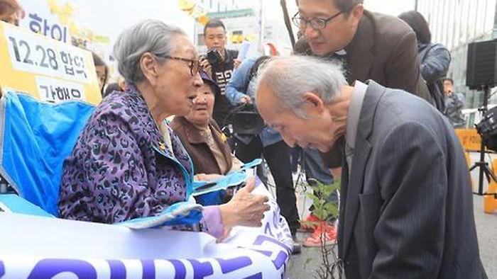 기사 대표 이미지:일본 노철학교수, 수요집회 찾아 위안부 할머니들에 사죄