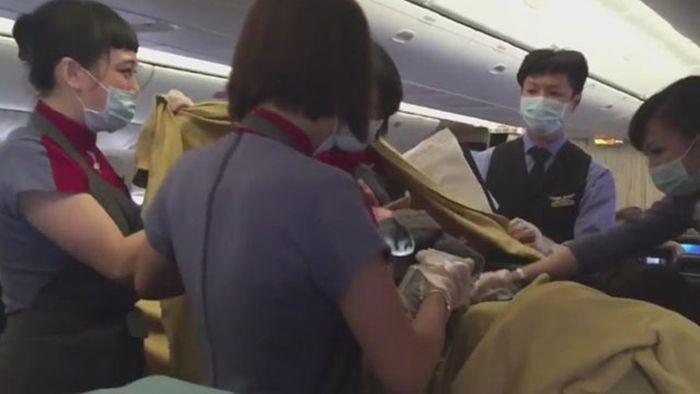 기사 대표 이미지:인천발 칭다오행 기내서 中 임신부 출산에 승객들 힘찬 박수
