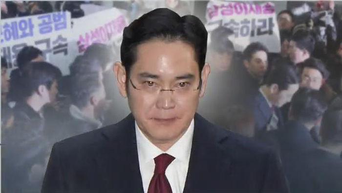 """기사 대표 이미지:뇌물·위증 이재용 영장 결단 미룬 특검…""""내일 이후 결정"""""""