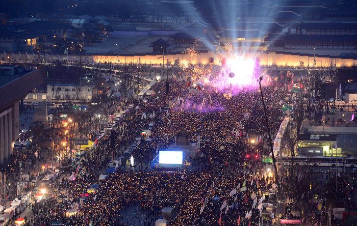 11일 서울 광화문광장에서 열린 탄핵 환영 촛불집회에서 참가자들이 폭죽을 쏘아 올리고 있다.