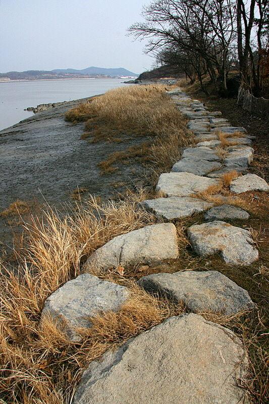 돌길이 주는 길의 거칠고 투박함이 걸음걸이의 조심스러움을 강제한다.