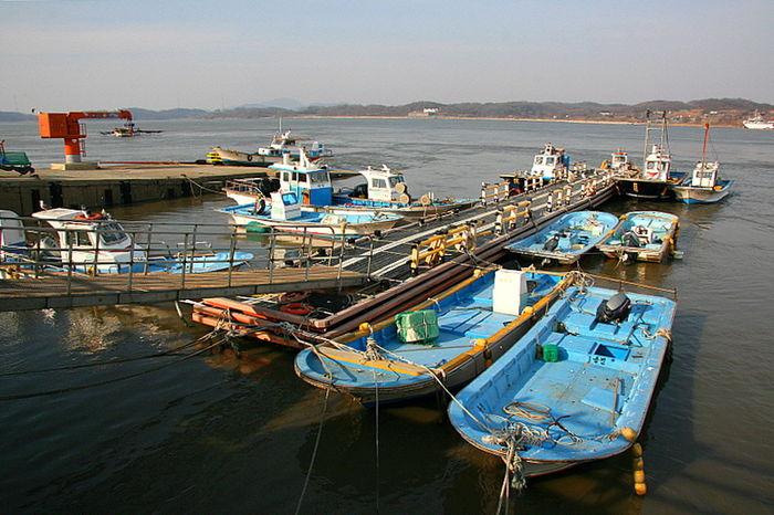 초지포구에는 조업을 끝낸 배들이 한가로이 포구에서 몸을 쉬고 있었다.