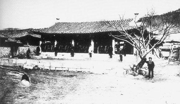 강화도조약이 체결된 연무당. 주위를 일본군이 둘러싸고 있다.