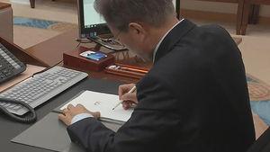 문 대통령, 업무지시 직접 서명 모습 공개…담긴 의미는?