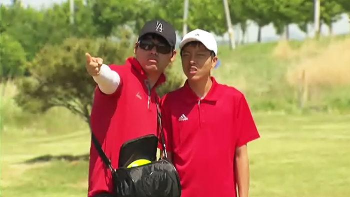 노창완 코치(왼쪽)의 조언을 듣는 김건종 학생(오른쪽)