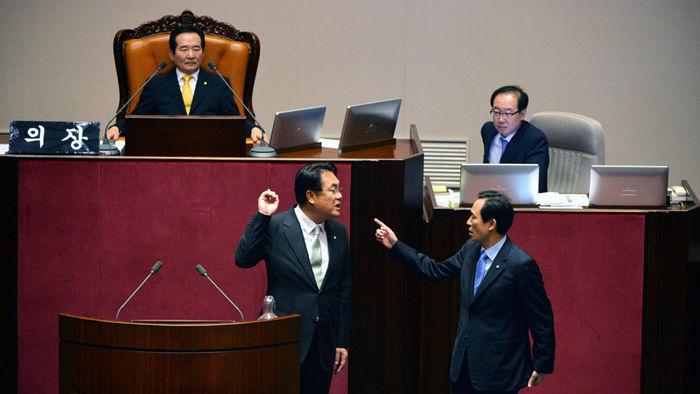 김재수 해임건의안 상정을 앞두고 정진석 당시 새누리당 원내대표와 말다툼하는 모습