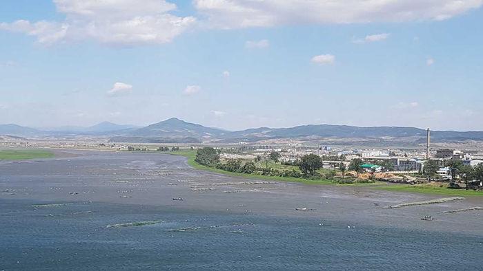 [취재파일] 압록강에서 실뱀장어 잡는 북한 어선들/신의주쪽 압록강