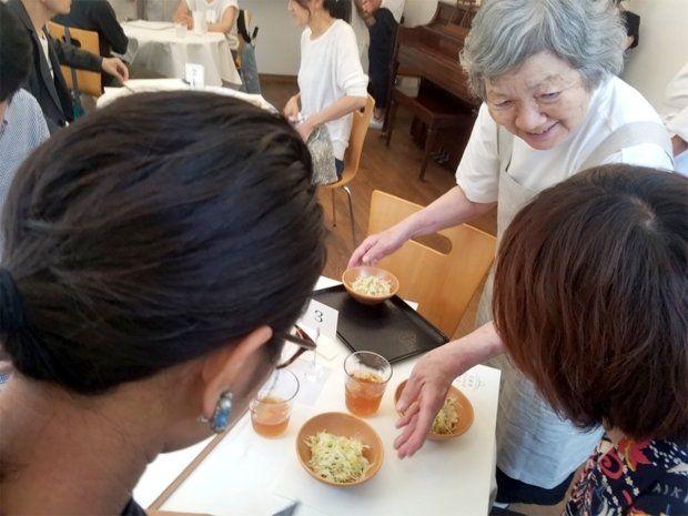 일본 치매 할머니 웨이터들