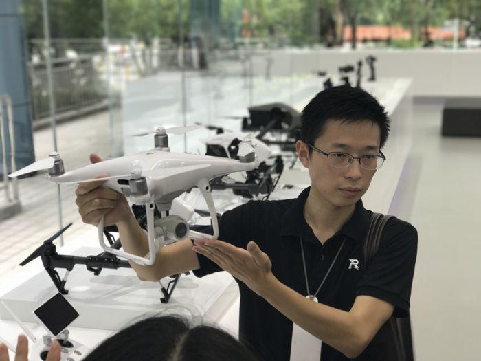 DJI 장판시 PR 매니저가 로봇 드론에 대해 설명하고 있다