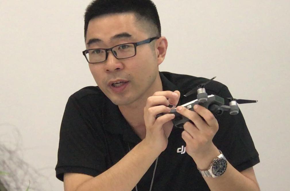DJI의 왕판 PR 디렉터가 드론 1위 회사로 거듭난 배경을 설명하고 있다