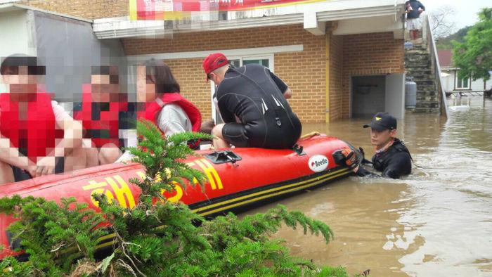 [뉴스pick] 폭우 속 목숨 내건 소방관들의 모습(사진 = 연합뉴스)