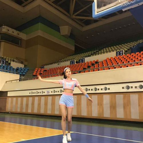 [SBS Star] Apink Son Na-eun Attracts Many with Breathtaking Body Shape at Volleyball Stadium