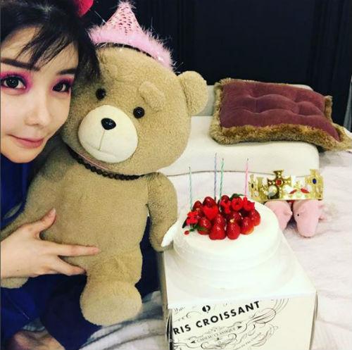[SBS Star] Park Bom to Celebrate YG Ent. Hit Song Maker Teddy's Birthday