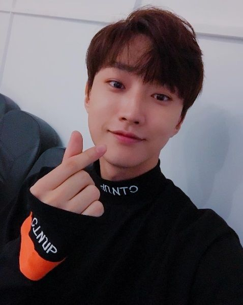 [SBS Star] B1A4 Jinyoung Expresses Thanks to His Fans with 'Finger Heart' Selfie
