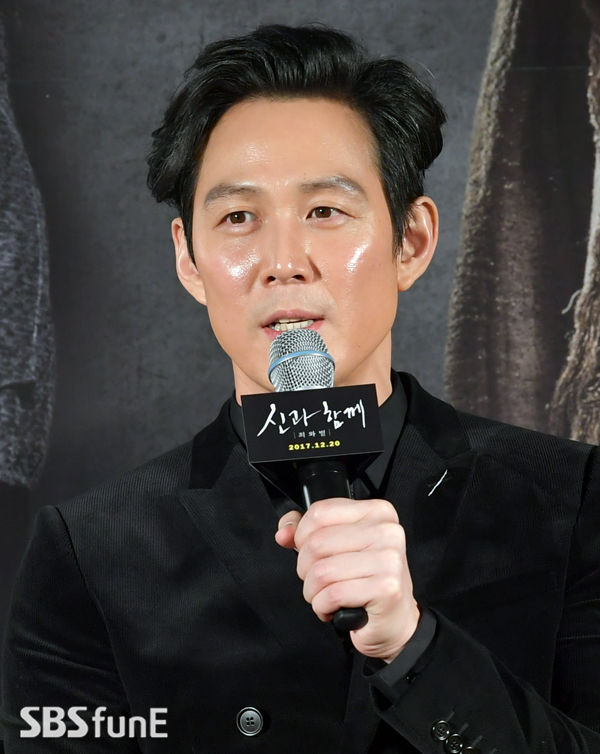[SBS Star] Because of Friendship, Lee Jung Jae Stars as the 'King of the Underworld'