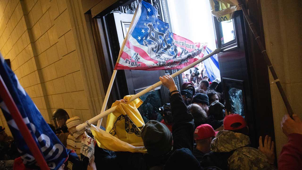 """기사 대표 이미지:[속보] AP """"트럼프 지지 시위대 의사당 난입으로 4명 사망"""""""