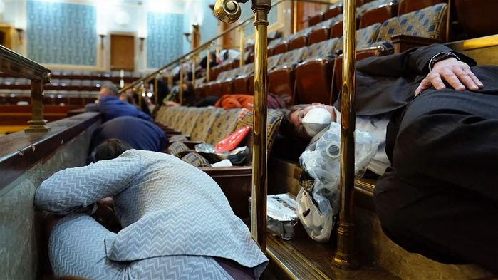 미 의원들 본회의장 좌석 밑으로 몸 숨긴 모습