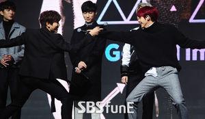 [E포토]B1A4, 마이크를 칼 삼아~