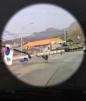 달리던 탱크, 전봇대 들이받아 '쿵'…'탱크가 참 튼튼하구나'