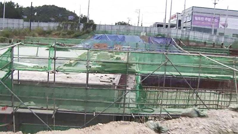 도로변 향해 '와르르' 서초구 건물 철거 중 붕괴…4명 부상