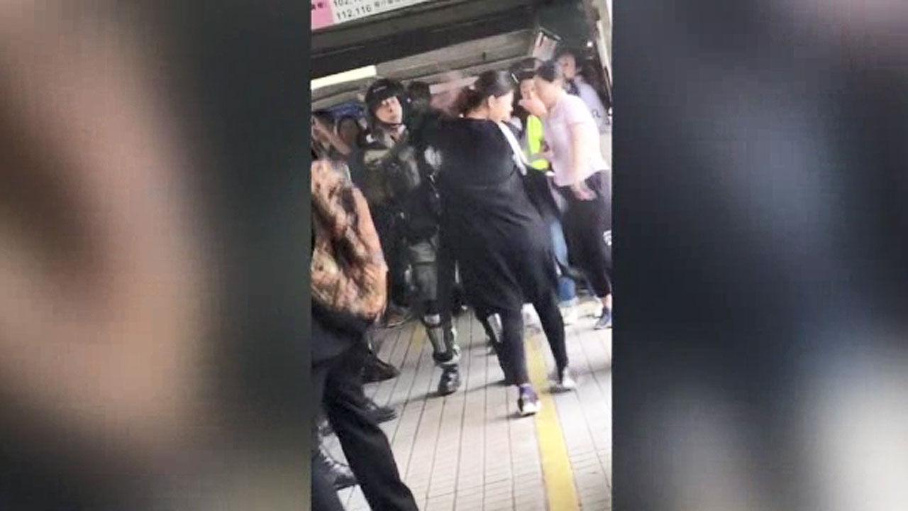 홍콩 경찰, 임산부에 최루액 발사