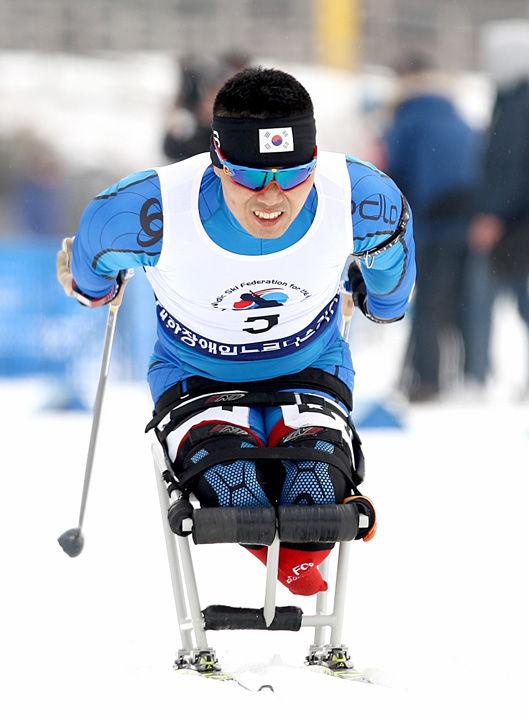 2월 12일(수) 강원도 알펜시아리조트에서 진행된 제17회 전국장애인동계체육대회 바이애슬론 경기에서 금메달을 획득한 신의현(충남)선수가 결승선을 통과하고 있다.