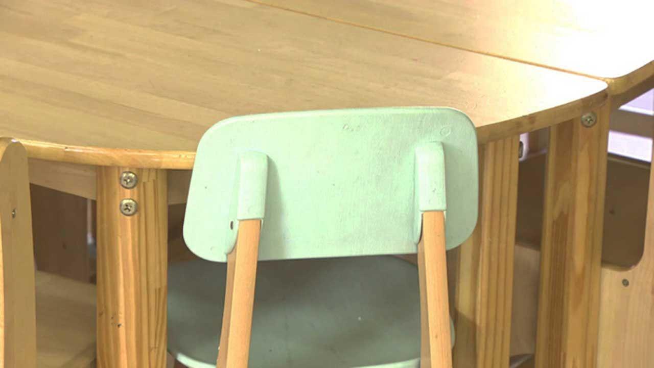 6 살짜리 의자를 꺼내는 유치원 교사…