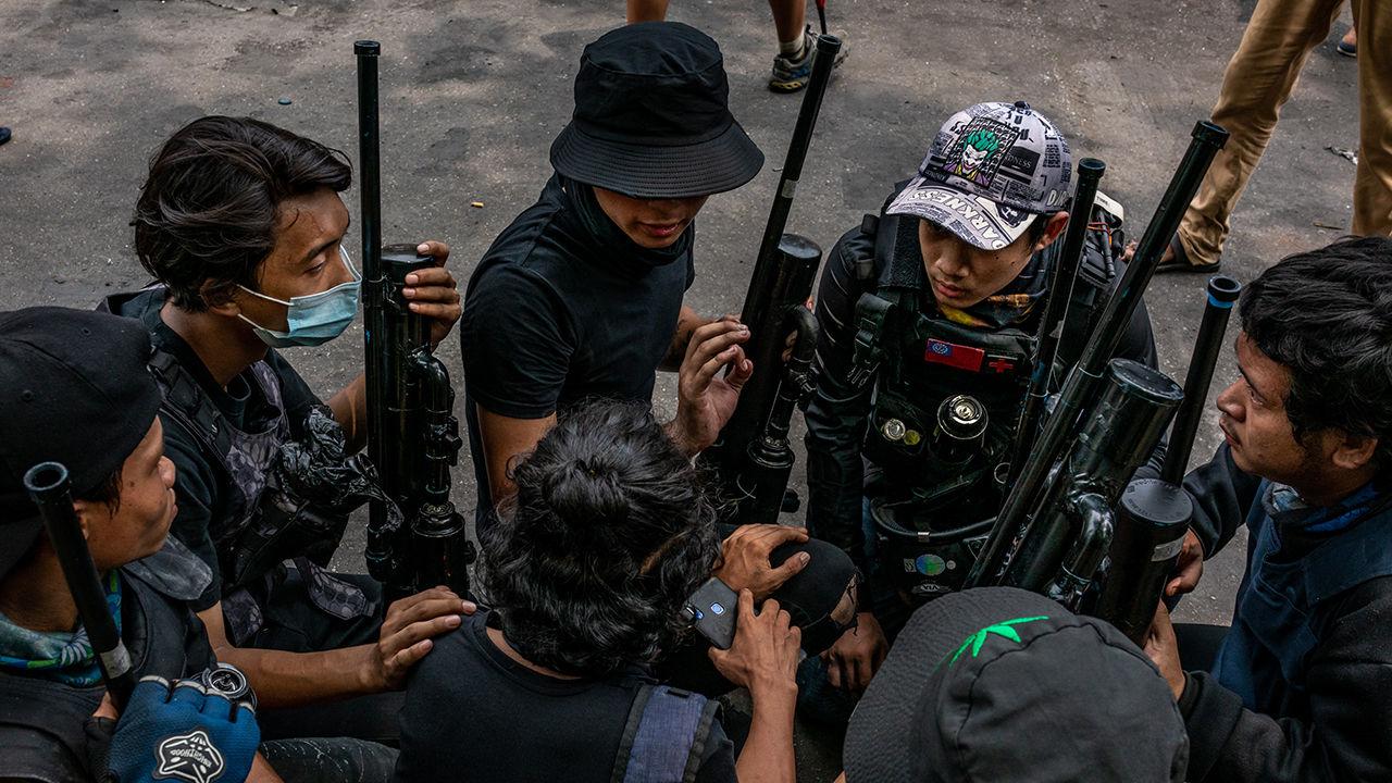 미얀마 위기는 거리 전투로 향했다 … 시위대 수류탄에 폭격당한 4 명의 군인