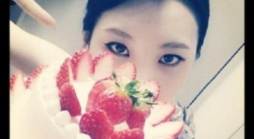 """선미 딸기 케이크 인증샷 """"우리 팬들 고마워요"""" 팬 사랑 예쁘네"""