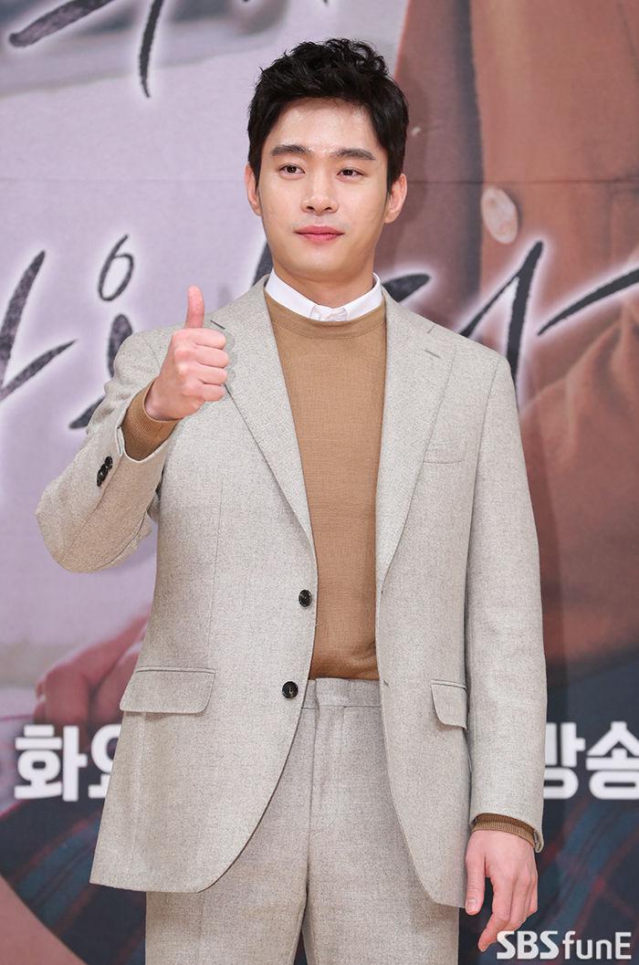 [E포토]김동영, '엄지 척'  기본이미지