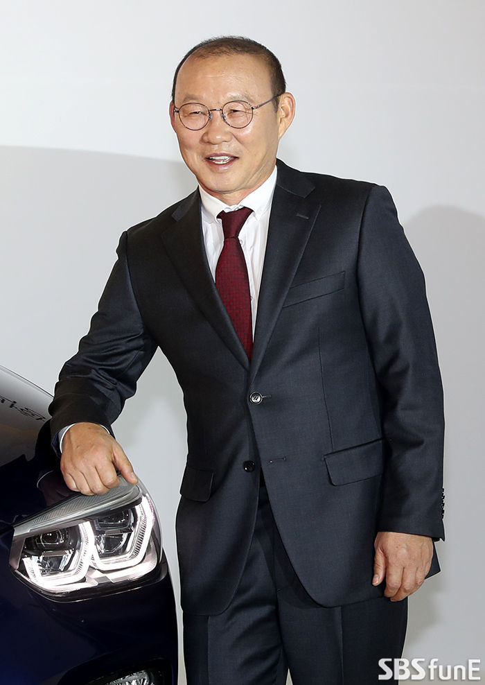 [E포토]BMW X4 후원받은 박항서 감독  기본이미지