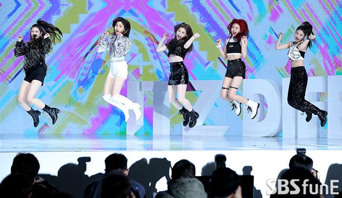 [E포토]ITZY, '점핑!'  기본이미지