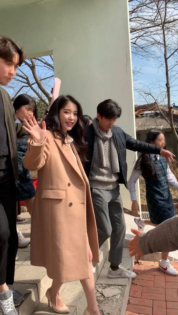 """아이유, """"졸업식 와달라""""는 고3 팬 위해 김제여고 깜짝 방문 '특급 팬사랑'  기본이미지"""