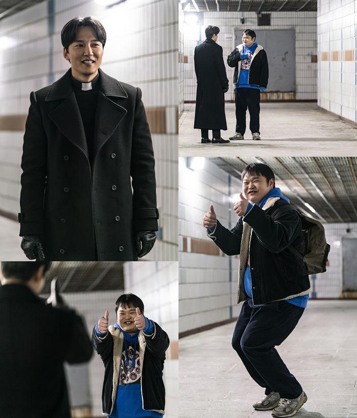 김남길이 웃는다…'열혈사제' 신부님의 반전 웃음  기본이미지