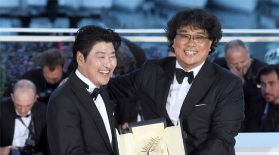 봉준호X송강호, 칸 황금종려상 안고 금의환향…'뜨거운 귀국길'