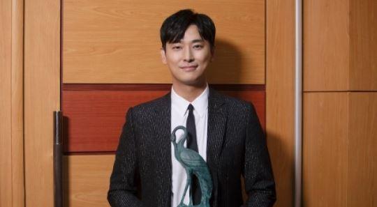 주지훈, 데뷔 첫 남우주연상…받을 배우가 받았다