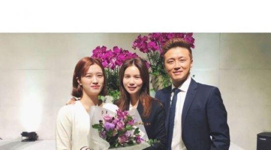 """""""우리 딸 세례 받았어요""""…박시은♥진태현, 입양한 딸과 가족사진"""