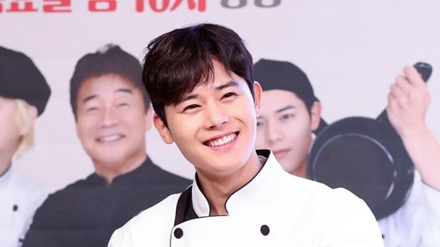 [E포토]김동준, '치즈감자볼 드셔보세요'