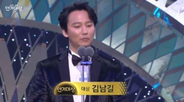 """'SBS 연기대상' 대상 김남길, """"인생사 새옹지마…'열혈사제' 모든 배우 영광"""""""