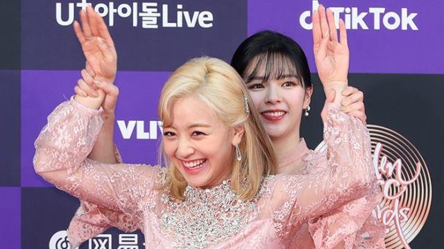 [E포토]트와이스 지효-정연, '숨길 수 없는 끼'