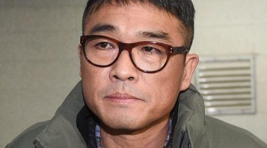 '성폭행 의혹' 김건모, 경찰 출석…취재진 질문에 '묵묵부답'