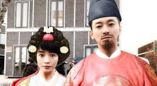 """김혜수, 주지훈과 한복샷 """"왕세자 그만하고 왕 해라"""""""